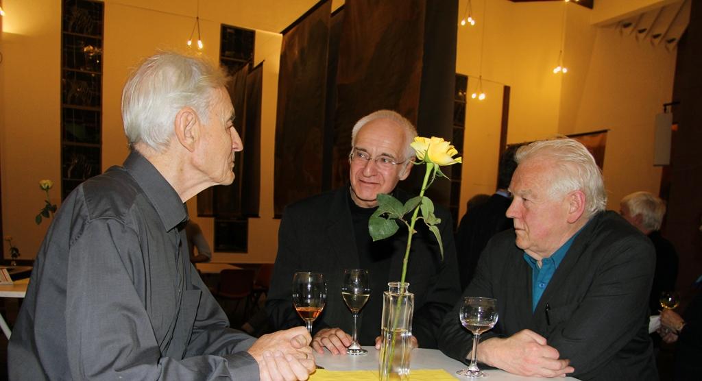 Prof. Manfred Schneckenburger (rechts) und Prof. Wolfgang Nethöfel (mitte) im Gespräch mit Walter Urbach